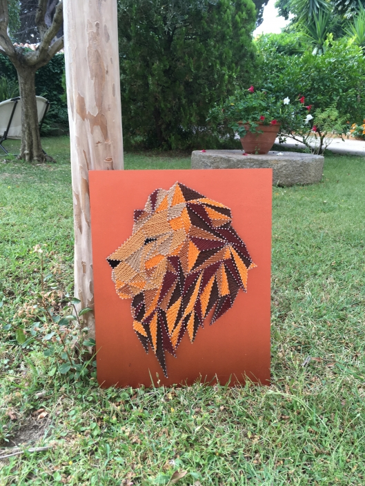 Tableau-string-art-animaux-lion-dehors